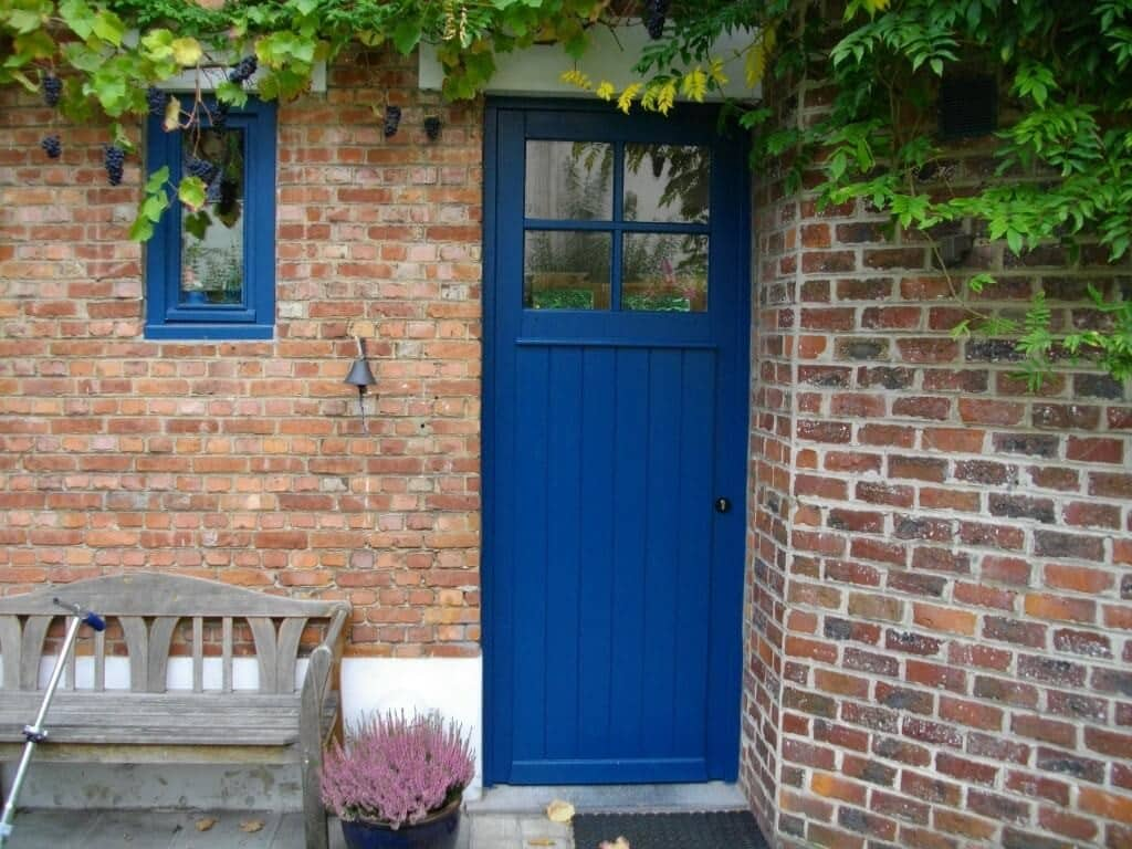 Création d'une porte et d'une petite fenêtre en bois pour une maison à Bouillon.