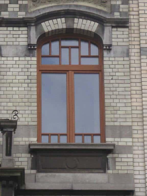 Réalisation et placement d'une fenêtre cintrée en bois à Libin.
