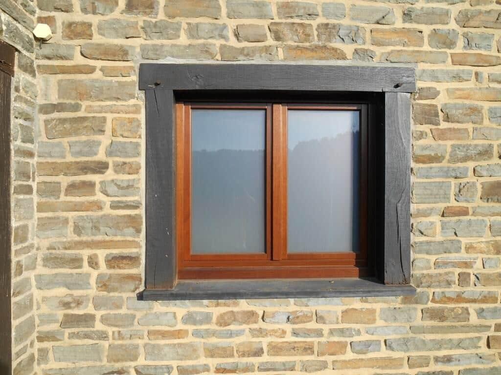 Réalisation et pose d'une fenêtre en bois avec vitrage opaque à Orgeo.