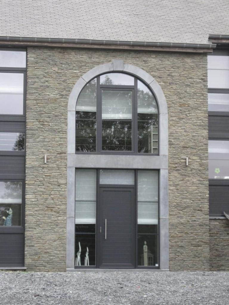 Pose des châssis et de la porte d'entrée avec son ensemble en PVC à Arlon.