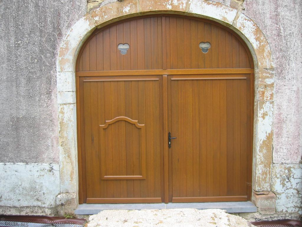 Quelles Sont Les Différents Types De Bois porte de garage en bois - menuiserie dasnois