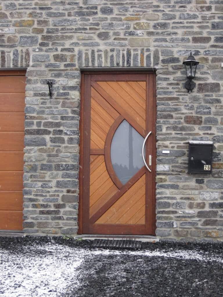 Création d'une porte d'entrée moderne en bois à Neufchâteau